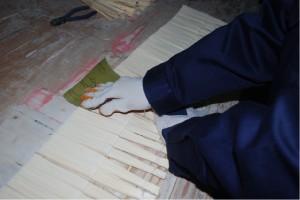最終仕上げ段階、表面に紙やすりをかける